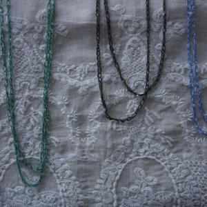 Colliers au crochet avec billes lavande, jade et anthracite